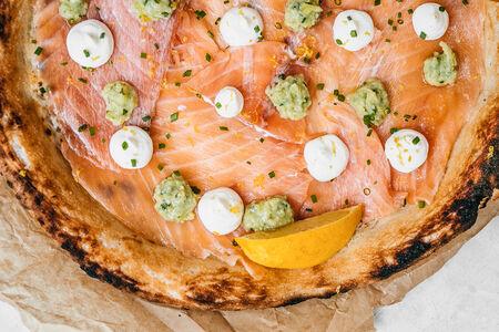 Пицца с лососем и копченым кремом