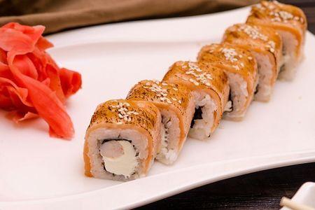 Ролл с опаленным лососем
