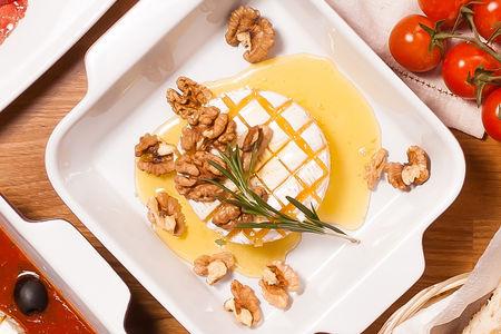 Сыр Бри с медом и орехами