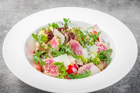 Листья салата с томатами и маринованным тунцом