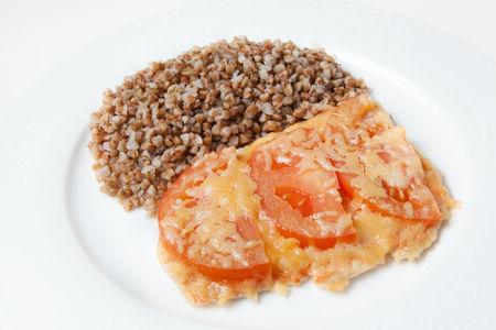 Куриное филе запеченное с помидорами и гречкой