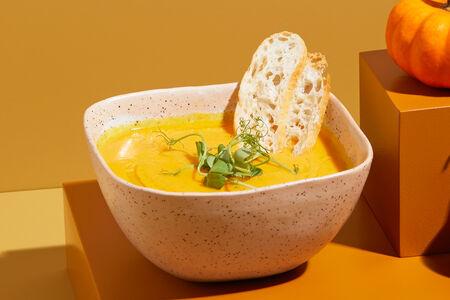 Крем-суп из копченой тыквы с хрустящим беконом