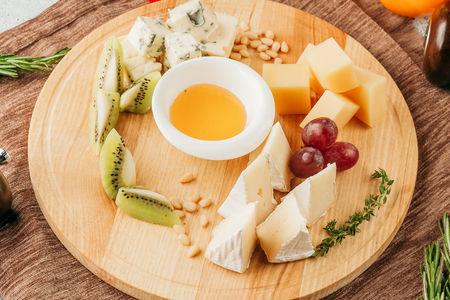 Сырная тарелка из благородных сыров