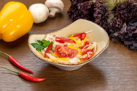 Салат из капусты с перцем и томатом