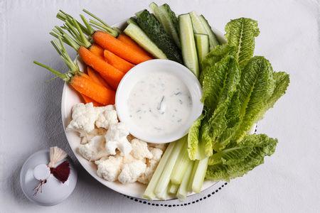 Свежая зелень и овощи с муссом из авокадо/зелёной тахиной/йогуртом