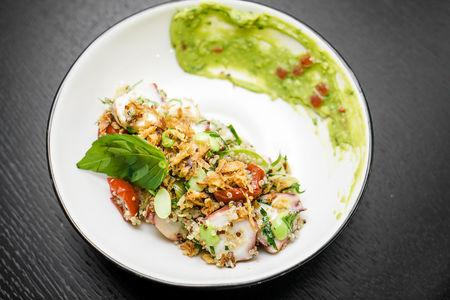 Салат с осьминогом и кабачком