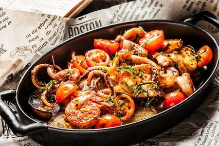 Морепродукты, обжаренные с картофелем, чесноком и травами