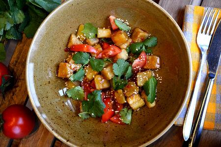 Теплый салат с карамелизированным баклажаном
