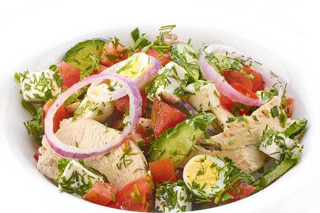 Салат из томатов и огурцов с перепелиными яйцами