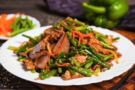 Салат из говядины со стрелками чеснока