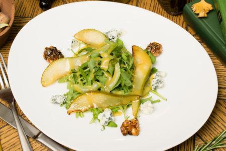 Салат с грушей, сыром и медовым соусом