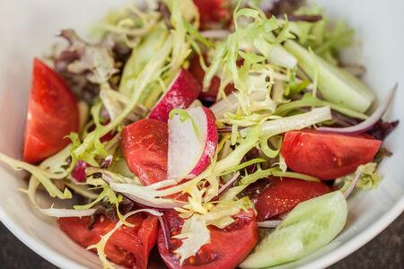 Салат из узбекских помидоров, огурцов, оливкового масла