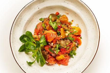 Салат из запеченных овощей на углях