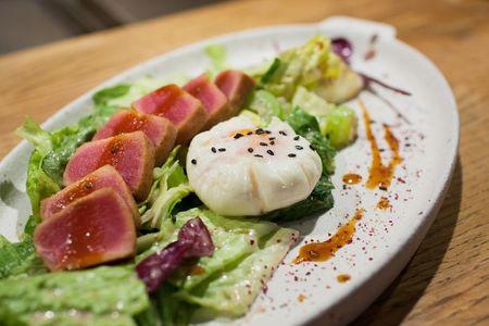 Зеленый салат с татаки из тунца и яйцом пашот
