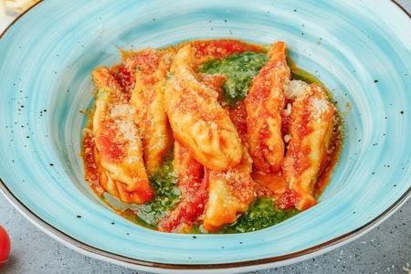 Кулурджонес с рикоттой и шпинатом в томатном соусе