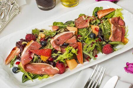 Салат с копчёной утиной грудкой магре