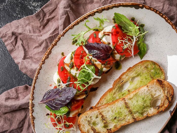 Сладкие томаты с моцареллой и соусом песто