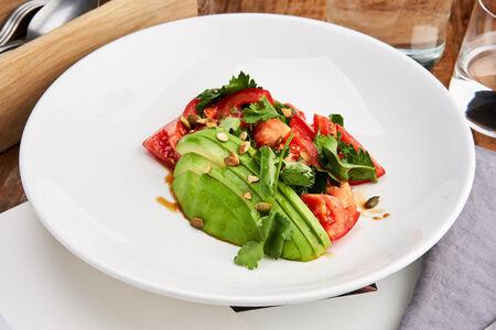 Салат с томатами, авокадо и тыквенными семечками