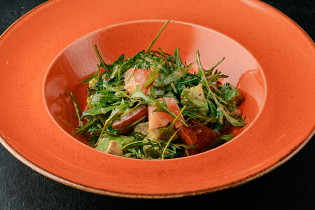 Салат из авокадо с томатами в ореховом соусе