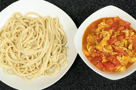 Лагман с яичницей-болтуньей и помидорами