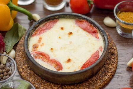 Сыр сулугуни жареный на кеци с помидорами