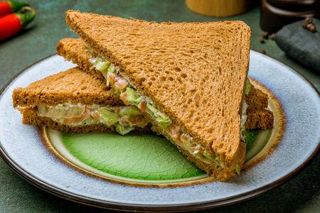 Сэндвич на тостовом ржаном хлебе с слабосоленым лососем