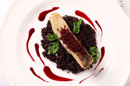 Филе судака с рисом Венере и свекольно-имбирным соусом