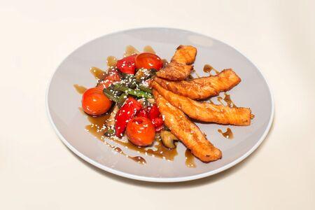 Семга обжаренная с овощами
