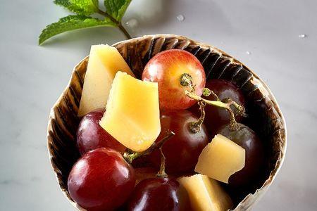 Сыр Пармезан с виноградом