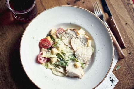 Классический салат Цезарь с курицей гриль