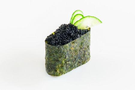 Гункан с черной икрой летучей рыбы
