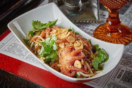 Салат с мини-осьминогами, грибами и кинзой