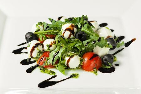 Салат с моцарелла и томатами