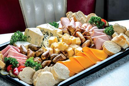 Сырно-мясная тарелка на компанию