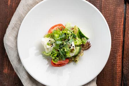 Салат из свежих овощей с моцареллой