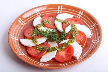 Сыр Каморинский, с помидорами и зелёным соусом