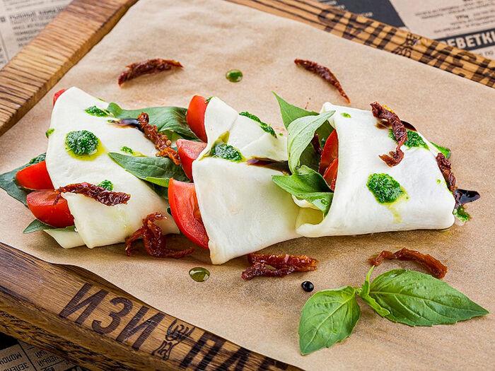 Закуска из листового сулугуни с томатами