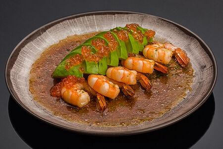 Креветки тигровые на гриле с авокадо и икрой лосося с соусом Сашими