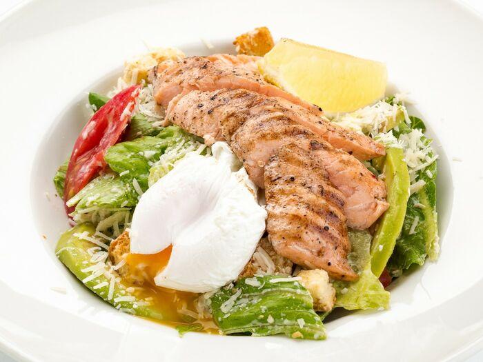 Цезарь с лососем и яйцом-пашот