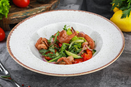 Салат с печеным перцем и креветками барбекю