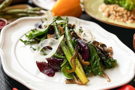 Тёплый салат со спаржей и вешенками