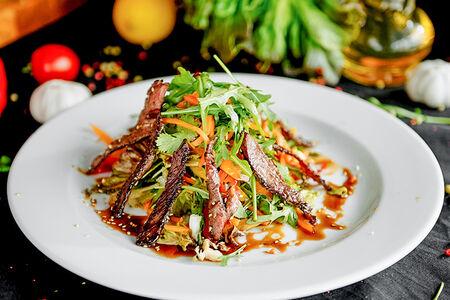 Салат с томлёной говядиной в соусе терияки