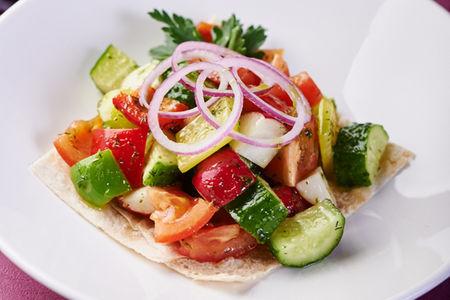 Кавказский салат из овощей и зелени