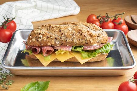 Сэндвич с итальянской салями и соусом тартар