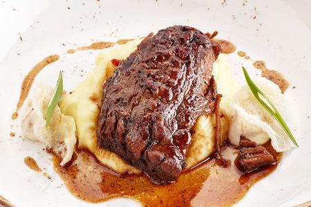 Томленая говядина с луковым муссом и картофелем