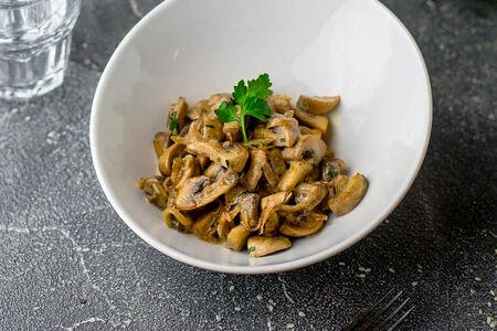 Жареные грибы в сметанном соусе