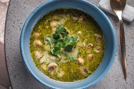 Азиатский суп с креветками и кориандром