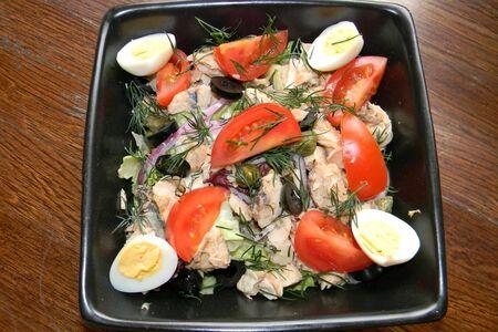 Салат с горбушей и кунжутным соусом