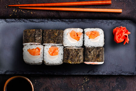 Ролл с лососем и сыром