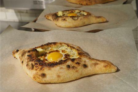 Лодочка с сыром, яйцом и бастурмой